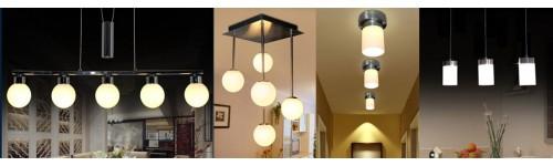 LED-Spots und Tischlampe